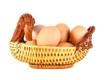Sluit omhoog van bruine eieren in een mand De eieren van de kip Verse eieren op een witte achtergrond Stock Afbeelding