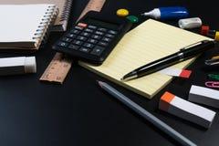 Sluit omhoog van bureau bedrijfslevering op zwarte achtergrond in studio Fundamentele en klassieke bureau bedrijfslevering stock afbeeldingen