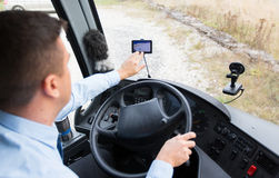 Sluit omhoog van buschauffeur het drijven met gps navigator Stock Foto's