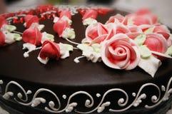 Sluit omhoog van cake met decoratie Stock Afbeelding