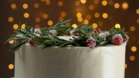 Sluit omhoog van cake met rozemarijn en suikeramerikaanse veenbessen stock video