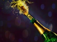 Sluit omhoog van champagnecork die op bokehachtergrond knallen stock afbeeldingen