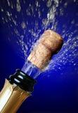 Sluit omhoog van champagnecork het knallen royalty-vrije stock afbeelding