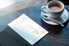 Sluit omhoog van cheque en koffiekop op houten lijst in moderne koffie het 3d teruggeven royalty-vrije illustratie