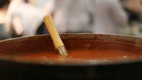 Sluit omhoog van Chili Sauce bij een Restaurant stock videobeelden