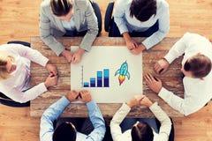 Sluit omhoog van commerciële teamzitting bij lijst Royalty-vrije Stock Afbeelding