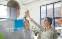 Sluit omhoog van commercieel team die hoge vijf maken stock afbeeldingen