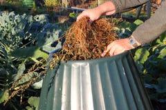 Sluit omhoog van compostbak die wordt gevuld. Stock Afbeeldingen