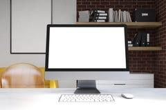 Sluit omhoog van computermonitor in huisbureau Royalty-vrije Stock Afbeeldingen