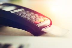 Sluit omhoog van creditcardmachine Stock Afbeeldingen