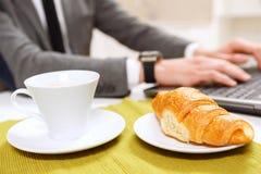 Sluit omhoog van croissant en kopkoffie stock afbeeldingen