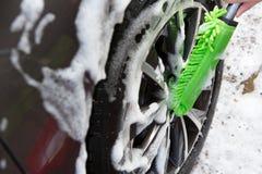 Sluit omhoog van de Autowiel van de Handwas Gebruikend Borstel royalty-vrije stock fotografie