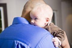 Sluit omhoog van de baby van de papaholding op schouder Royalty-vrije Stock Afbeelding