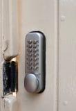 Sluit omhoog van de bescherming van het metaalcodenummers van het deurslot stock foto's