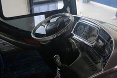 Sluit omhoog van de bestuurderszetel van een bus stock fotografie
