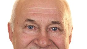 Sluit omhoog van de blauwe ogen van een vrolijke hogere geïsoleerde mens royalty-vrije stock foto