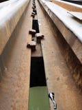 Sluit omhoog van de brug van de Doodsspoorweg in Kanchanaburi, Th wordt gevestigd dat Stock Afbeeldingen