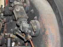 Sluit omhoog van de controles van de watermaat en de pijpen van een oude verlaten roestende stoomlocomotief stock afbeelding
