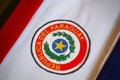 Sluit omhoog van de doodskist met Paraguayaanse vlag die in Nationaal wordt behandeld Stock Afbeeldingen