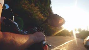 Sluit omhoog van de drijfmotor van de mensenhand aan de zon op tropisch eiland terwijl het reizen tijdens mooie zonsondergang in  stock videobeelden