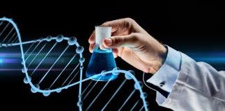 Sluit omhoog van de fles van de wetenschapperholding met chemisch product Stock Foto
