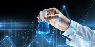 Sluit omhoog van de fles van de wetenschapperholding met chemisch product Royalty-vrije Stock Foto's