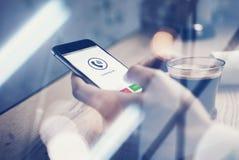 Sluit omhoog van de generische holding van ontwerpsmartphone in het vrouwelijke handentelefoon roepen Kopkoffie op de lijst horiz royalty-vrije stock foto