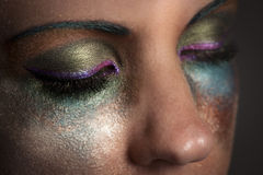 Sluit omhoog van de gesloten ogen van de vrouw met kleurrijke make-up Stock Foto's