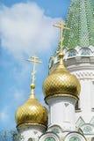 Sluit omhoog van de gouden koepels van de Russische Kerk in Sofia, Bulgarije stock foto's