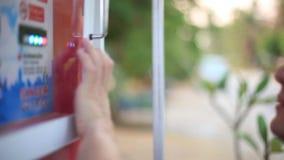 Sluit omhoog van de hand van Mensen gebruikend een brandstofpijpen bij een benzinestation 1920x1080 stock videobeelden