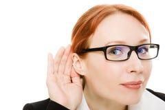 Sluit omhoog van de hand van de vrouw aan zijn oor. Royalty-vrije Stock Foto's