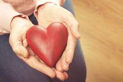 Sluit omhoog van de handen van de rijpe vrouw Gezondheidszorg die, verpleeghuis geven Ouderlijke liefde van grootmoeder Oude dag  stock foto's