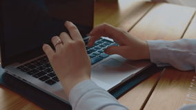 Sluit omhoog van de handen van de vrouw typend op laptop computer in koffie stock videobeelden