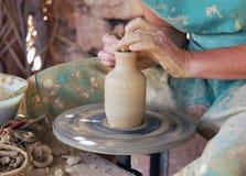 Sluit omhoog van de handen van een pottenbakker Stock Foto's
