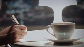 Sluit omhoog van de handen van de vrouw ondertekenend contract met pen stock videobeelden