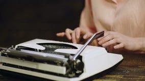 Sluit omhoog van de handendrukken van de schrijver op uitstekende schrijfmachine Het typen op oude schrijfmachine De hand van de  stock videobeelden