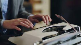 Sluit omhoog van de handendrukken van de schrijver op uitstekende schrijfmachine Het typen op oude schrijfmachine 4K Het leunen c stock video