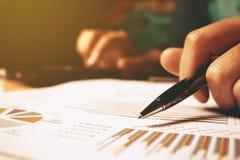 Sluit omhoog van de holdingspen van de handvrouw richtend op rapport CH Stock Fotografie
