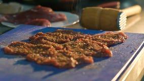 Sluit omhoog van de karbonades van het smaakstofvlees Langzame Motie stock footage