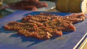 Sluit omhoog van de karbonades van het smaakstofvlees Langzame Motie stock videobeelden
