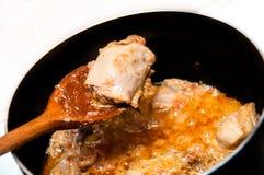 Sluit omhoog van de kerrie van de Kip in een pan Stock Afbeelding