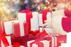 Sluit omhoog van de Kerstman met voorstelt over lichten Royalty-vrije Stock Afbeelding