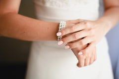Sluit omhoog van de kleding en de armband van de bruid royalty-vrije stock foto's
