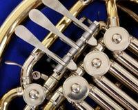 Sluit omhoog van de kleppen en de sleutels van een Franse hoorn Stock Fotografie
