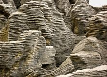 Sluit omhoog van de klippen bij Pannekoekvlakten, Kaap Vuile Wind, Nieuw Zeeland stock foto