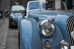 Sluit omhoog van de koplamp van een blauwe klassieke sportwagen, met vage achtergrond royalty-vrije stock afbeelding