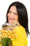Sluit omhoog van de lentevrouw met konijntje stock afbeeldingen