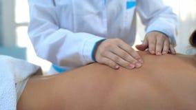 Sluit omhoog van de massagerug van massagerhanden stock videobeelden