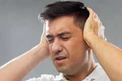 Sluit omhoog van de mens die aan lawaai sluitende oren lijden royalty-vrije stock foto's