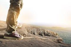 Sluit omhoog van de mens die zich bovenop een berg bevinden Stock Fotografie